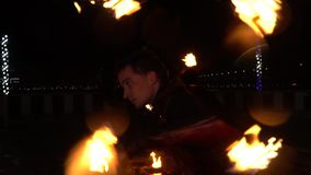 Ciérrese para arriba de un hombre que rueda a un personal ardiente de su parte posterior, funcionamiento de fuego metrajes