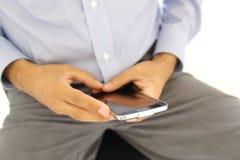 Ciérrese para arriba de un hombre que usa el teléfono elegante móvil fotos de archivo
