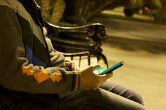 Ciérrese para arriba de un hombre que usa el teléfono elegante móvil Foto de archivo