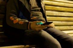 Ciérrese para arriba de un hombre que usa el teléfono elegante móvil Imágenes de archivo libres de regalías