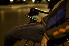 Ciérrese para arriba de un hombre que usa el teléfono elegante móvil Fotografía de archivo