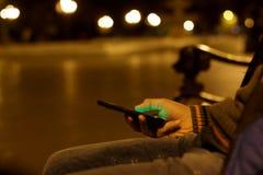 Ciérrese para arriba de un hombre que usa el teléfono elegante móvil Foto de archivo libre de regalías