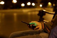Ciérrese para arriba de un hombre que usa el teléfono elegante móvil Imagen de archivo