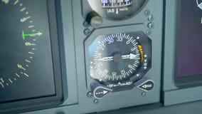 Ciérrese para arriba de un indicador magnético de radio de un avión almacen de video
