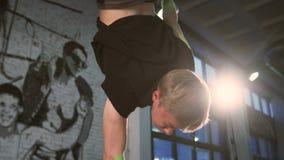 Ciérrese para arriba de un individuo que hace yoga almacen de metraje de vídeo