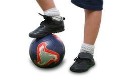 Ciérrese para arriba de un jugador de fútbol aislado en blanco Fotos de archivo
