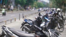 Ciérrese para arriba de un lugar indonesio de la parada para las bicis Los ciclomotores indonesios se están colocando en aparcami almacen de metraje de vídeo