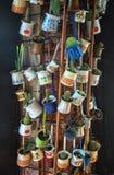 Ciérrese para arriba de un manojo de diversos potes del jezve del café colgados encima como de decoración en un café fotografía de archivo
