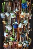 Ciérrese para arriba de un manojo de diversos potes del jezve del café colgados encima como de decoración en un café foto de archivo libre de regalías