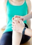 Ciérrese para arriba de un masaje de la rodilla Foto de archivo