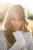 Ciérrese para arriba de un modelo hermoso de la señora joven en campo en la puesta del sol Imágenes de archivo libres de regalías