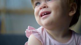 Ciérrese para arriba de un niño agradable lindo almacen de metraje de vídeo