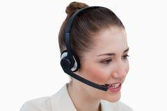 Ciérrese para arriba de un operador que habla a través de auriculares foto de archivo