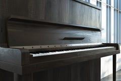 Ciérrese para arriba de un piano de madera oscuro Fotos de archivo