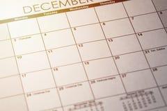 Ciérrese para arriba de un planificador diario o haga calendarios con un mensaje escrito para una celebración o un día de fiesta  fotografía de archivo libre de regalías