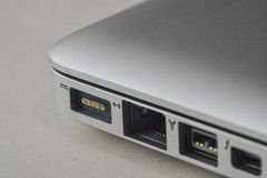 Ciérrese para arriba de un puerto del cargador del ordenador portátil Fotos de archivo libres de regalías