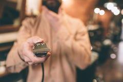 Ciérrese para arriba de un razer eléctrico El peluquero lo está sosteniendo fotografía de archivo