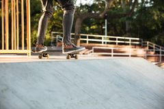 Ciérrese para arriba de un skater adolescente joven en la acción Imágenes de archivo libres de regalías