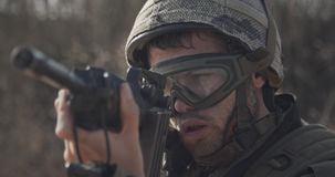 Ciérrese para arriba de un soldado israelí poiting su rifle que busca a enemigos almacen de metraje de vídeo