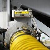 Ciérrese para arriba de un surtidor de gasolina amarillo Fotos de archivo