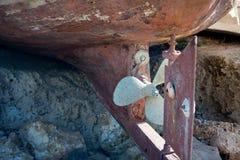 Ciérrese para arriba de un timón y de Rusty Propeller Of un B viejo de madera seco imágenes de archivo libres de regalías
