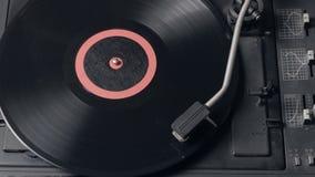 Ciérrese para arriba de un tocadiscos que juega el vinilo Aguja retra de la placa giratoria del vinilo almacen de video