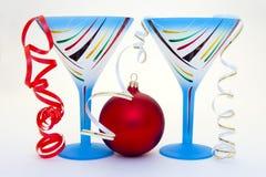 Ciérrese para arriba de un vidrio azul y de Años Nuevos de bola Imagen de archivo libre de regalías