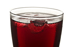 Ciérrese para arriba de un vidrio de zumo de fruta rojo Foto de archivo libre de regalías