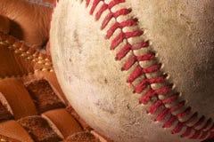 Ciérrese para arriba de un viejo béisbol en un mitón. Fotografía de archivo libre de regalías