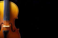 Ciérrese para arriba de un violín aislado en negro Imagen de archivo libre de regalías