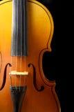 Ciérrese para arriba de un violín aislado en negro Imágenes de archivo libres de regalías