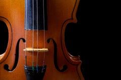 Ciérrese para arriba de un violín aislado en negro Imagenes de archivo