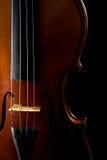 Ciérrese para arriba de un violín aislado en negro Foto de archivo