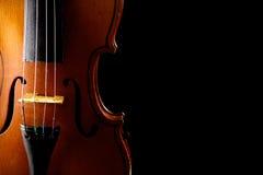 Ciérrese para arriba de un violín aislado en negro Fotografía de archivo