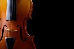 Ciérrese para arriba de un violín aislado en negro Foto de archivo libre de regalías