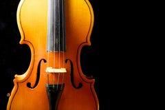 Ciérrese para arriba de un violín aislado en negro Fotos de archivo