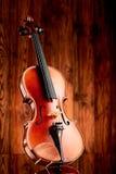 Ciérrese para arriba de un violín en la superficie de cristal Imagen de archivo