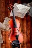 Ciérrese para arriba de un violín en la superficie de cristal Fotos de archivo libres de regalías