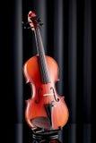 Ciérrese para arriba de un violín en la superficie de cristal Imágenes de archivo libres de regalías