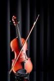 Ciérrese para arriba de un violín en la superficie de cristal Foto de archivo libre de regalías