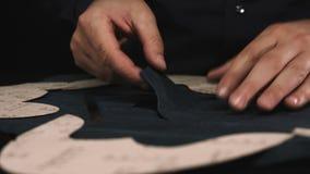 Ciérrese para arriba de un zapatero de sexo masculino que trabaja con la materia textil de cuero en su taller almacen de video