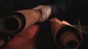 Ciérrese para arriba de un zapatero de sexo masculino que trabaja con la materia textil de cuero en su taller metrajes