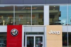 Ciérrese para arriba de una bandera de Alfa Romeo imagen de archivo