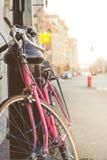 Ciérrese para arriba de una bici del vintage con la falta de definición colorida Backgro del espacio de la copia Imagen de archivo libre de regalías