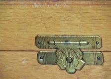 Ciérrese para arriba de una bisagra del vintage en un joyero de madera Fotografía de archivo