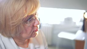 Ciérrese para arriba de una cara de un doctor de sexo femenino rubio almacen de video