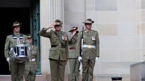 Ciérrese para arriba de una ceremonia en el monumento de guerra australiano almacen de video