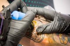 Ciérrese para arriba de una colección de máquinas del tatuaje fotografía de archivo libre de regalías