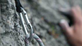 Ciérrese para arriba de una escalada de la mano en naturaleza almacen de metraje de vídeo