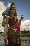 Ciérrese para arriba de una estatua de la diosa hindú Gayathri en Bassin magnífico en Mauricio imagenes de archivo